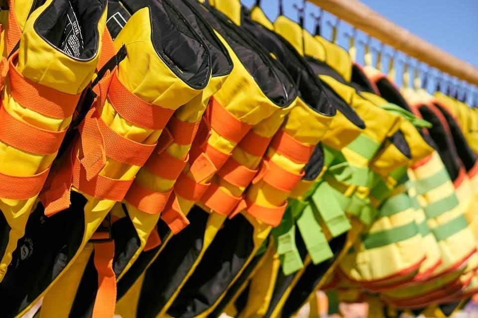 Los chalecos salvavidas son de gran ayuda para una embarcación.