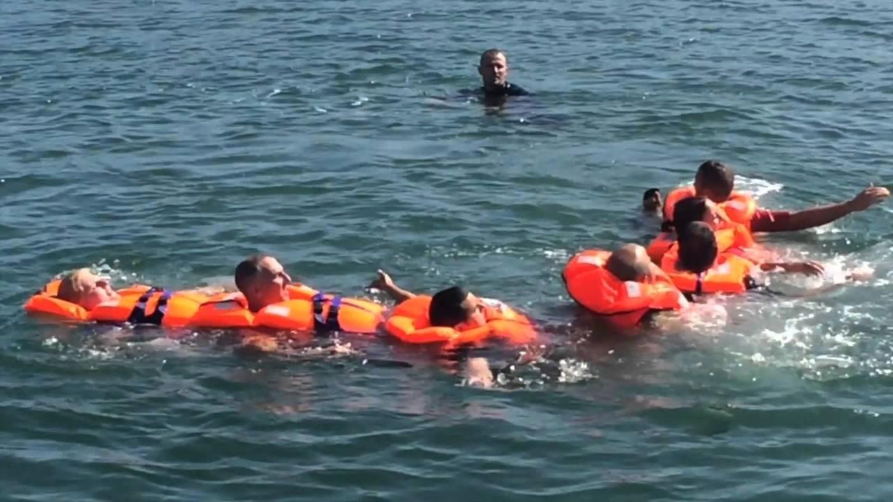 usar chalecos salvavidas para flotar