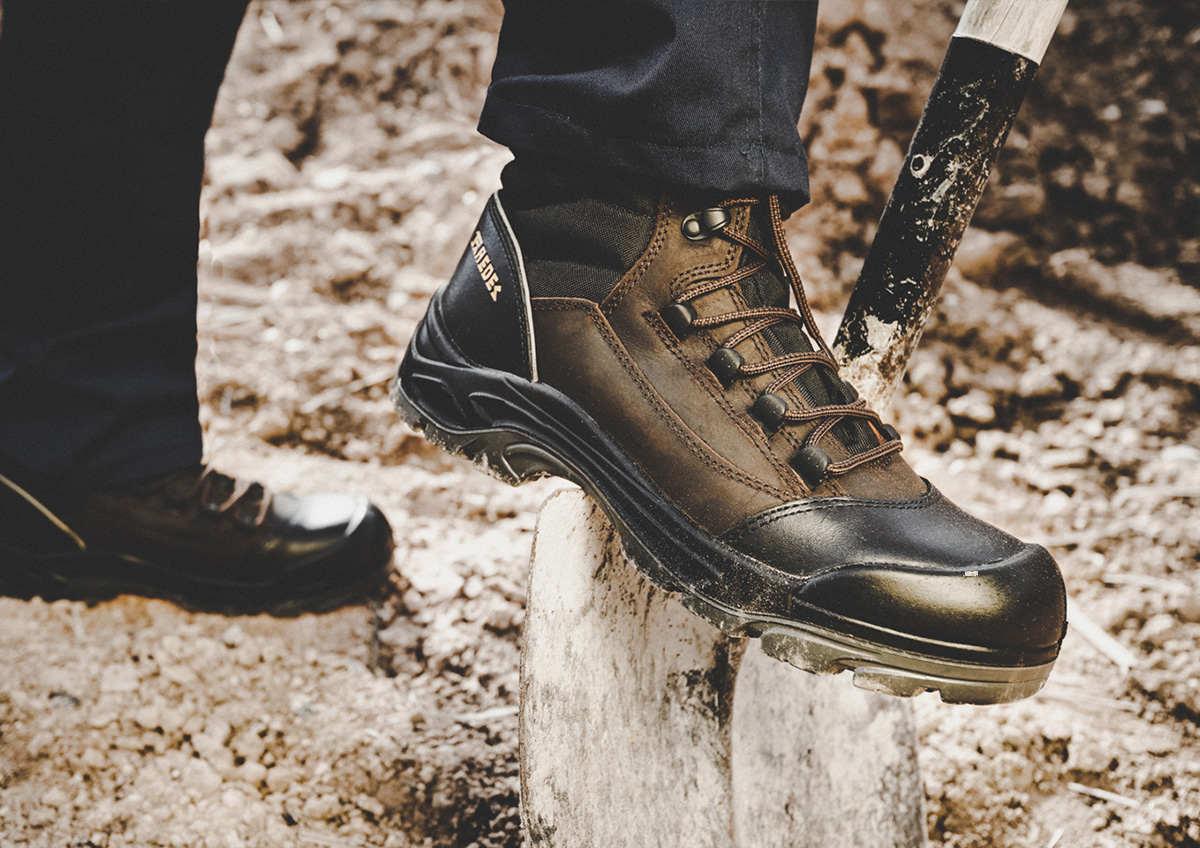 Los zapatos para trabajo son necesarios para las actividades industriales.